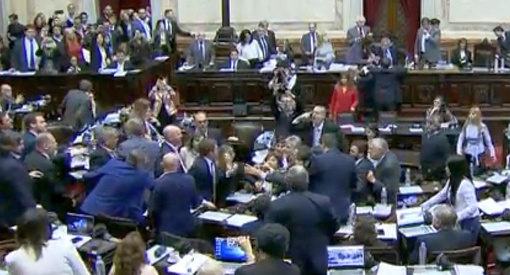 Forcejeos e insultos entre diputados en plena sesión por el Presupuesto