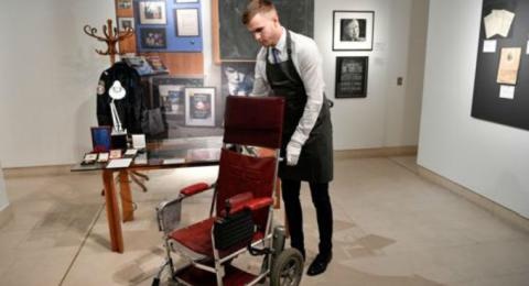Subastada por 340.000 euros una silla de ruedas que usó Stephen Hawking