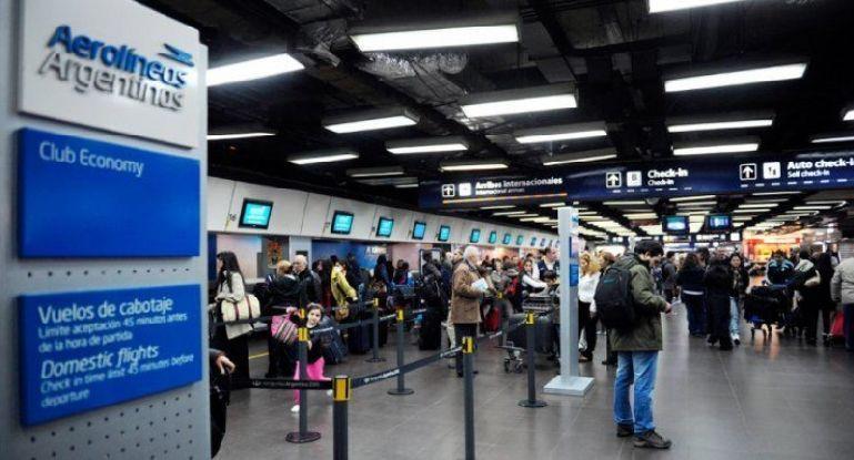 Dos aerolíneas emitirán pasajes en dólares para evitar el recargo del 30%