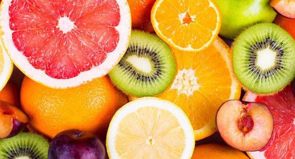 Es muy importante elegir frutas variadas y al menos alguna de ellas que sea fuente de vitamina C como la naranja, la mandarina, el pomelo, el limón, el kiwi, las frutillas y los frutos rojos.