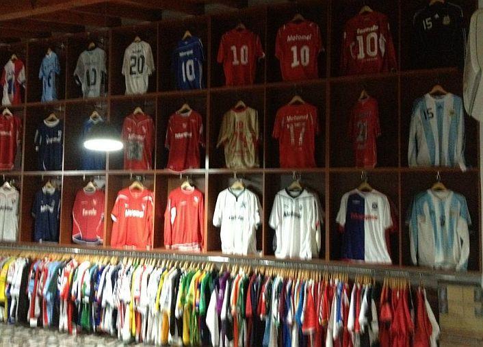 3d24c0508 Exbarra de Independiente muestra llamativa colección de camisetas