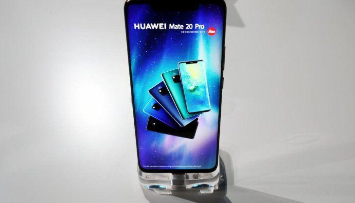 <p>2. Huawei Mate 20 Pro. Pantalla: 6,39 pulgadas. Resolución: 3.120 x 1.440 píxeles. Cámara principal triple: 40 +20+ 8 MP. Cámara frontal: 24 MP. Memoria RAM: 8GB / 6GB. Memoria interna: 256/ 128 GB. Procesador: Kirin 980. Batería: 4.200 mAh.</p>