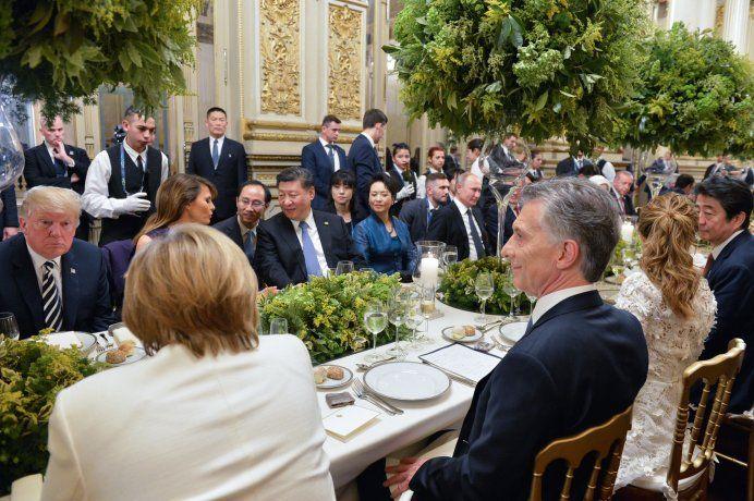 El presidente Mauricio Macri se ubicó en el centro de la mesa junto a su esposa, Juliana Awada.