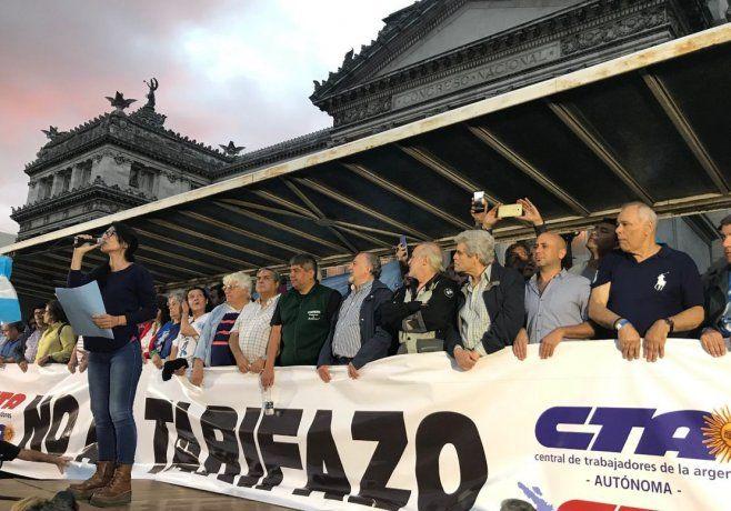 El palco nuclea a diversos dirigentes sindicales de las dos CTA y de la CGT.