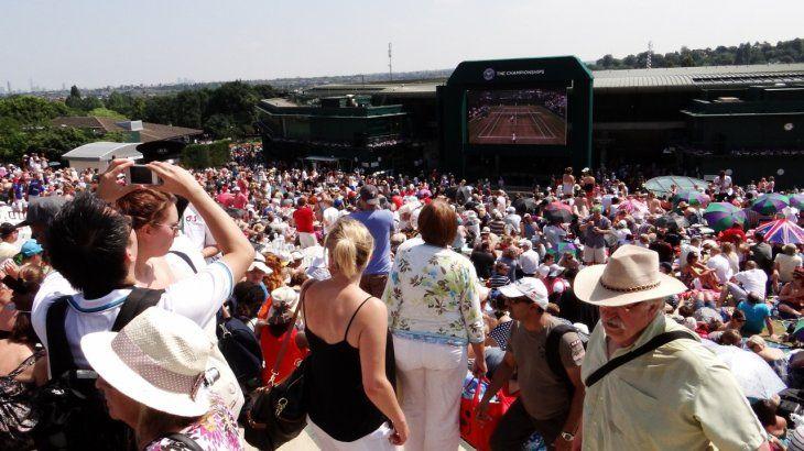 <p>La otrora Colina Henman, hoy llamada Murray, minutos antes que el escocés se corone en Wimbledon 2013, edición en la estuvo presente ámbito.com.</p>