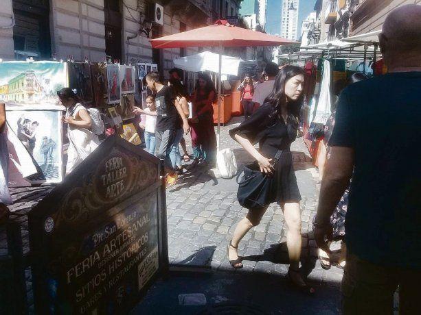 meca. San Telmo es uno de los lugares turísticos por excelencia de la Ciudad. Los comerciantes advierten a los visitantes que cuiden sus pertenencias.
