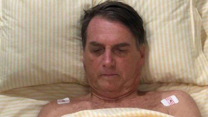 Bolsonaro fue diagnosticado con neumonía y sigue bajo cuidados semi intensivos