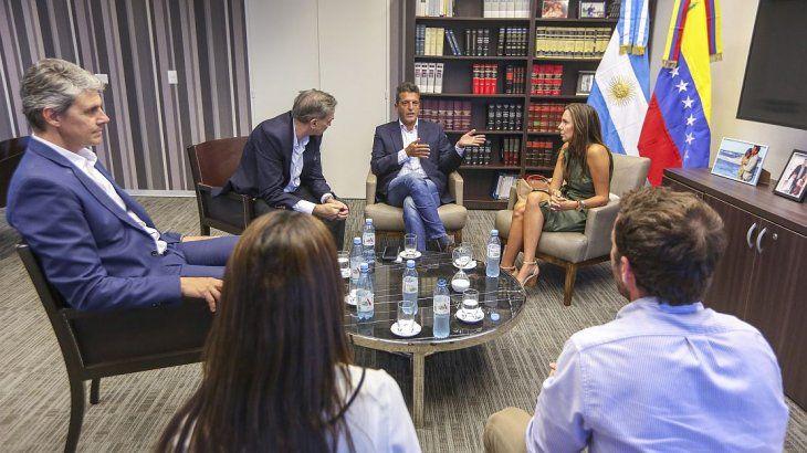 Massa se reunió con la representante de Guaidó en Argentina.