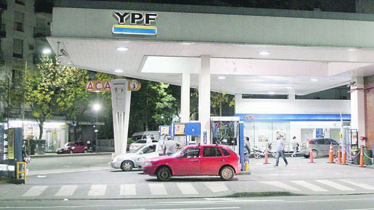 <p>El litro de la súper de YPF vale <strong>$ 43,81</strong> en la ciudad de Buenos Aires, más del 80% que en enero del 2018.</p>