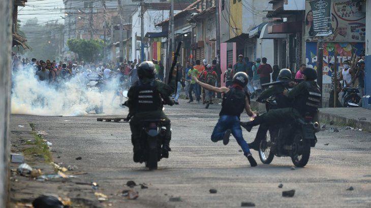 Disturbios y represión en la frontera para impedir que ingrese la ayuda a Venezuela
