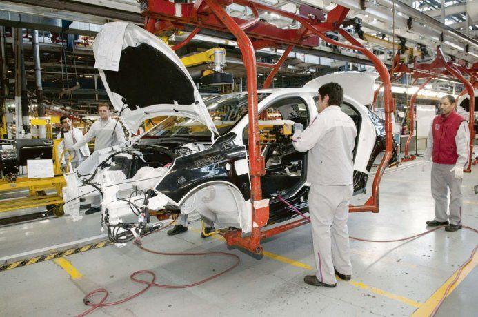 La industria cayó un 7,3% en febrero y encadenó su décima baja consecutiva