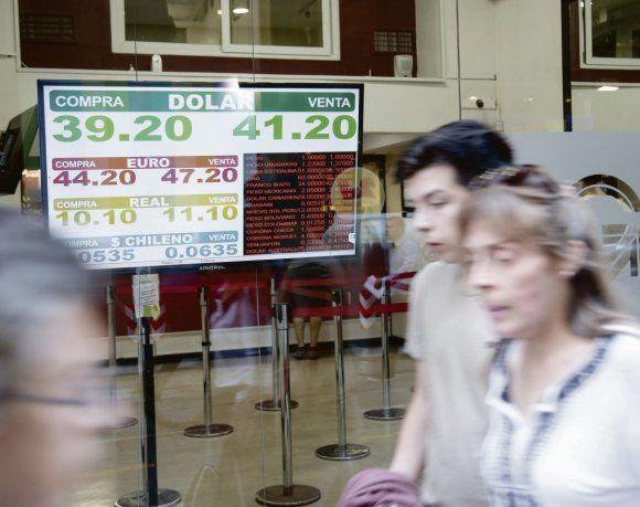 El dólar se hundió 1,5% a $ 41,13 (le quitó presión el plan del Gobierno para llegar al 27-O)