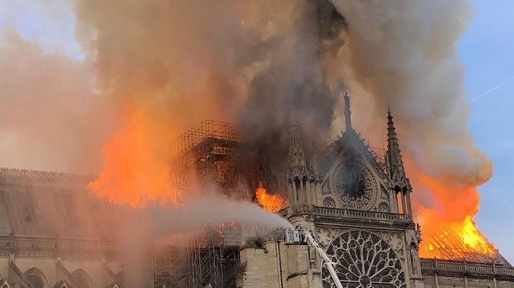 París: se incendia la catedral de Notre Dame