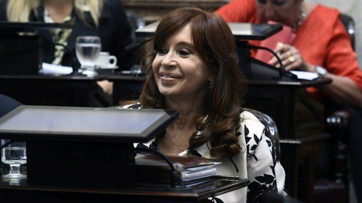 Tras despedirse de su madre, Cristina viaja a Cuba por Florencia
