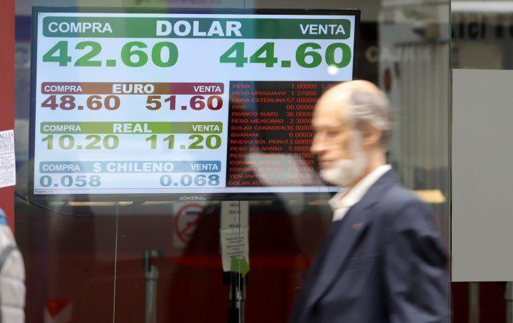 A contramano de la región, el dólar cae 30 centavos y se acerca a los $ 46