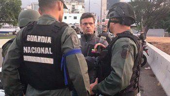 Miembros de las fuerzas de seguridad dialogan con Leopoldo López.