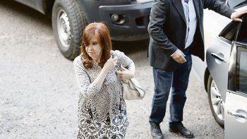 Acusada. Cristina de Kirchner, lanzada a la campaña electoral, estará por primera vez sentada en el banquillo de los acusados. Deberá asistir a la lectura de la acusación y decidir si hace uso de su derecho a declarar.