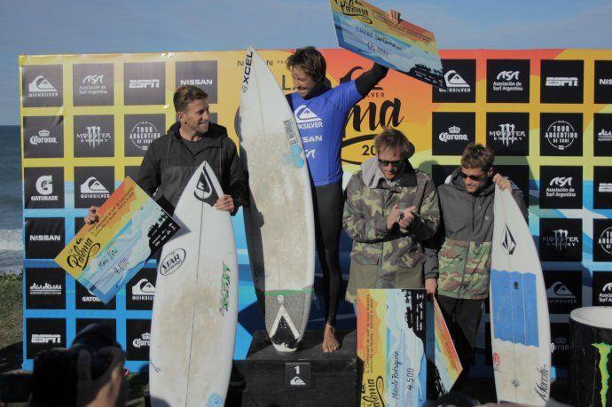 <p>El podio del Quiksilver La Paloma, con Lucas Santamar&iacute;a (gran ganador), Maxi Siri, Marcelo Rodr&iacute;guez y Juanchi Arca.</p>