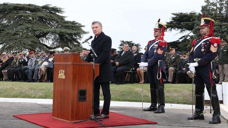 Macri encabezó acto con FFAA y eludió comentarios sobre el paro