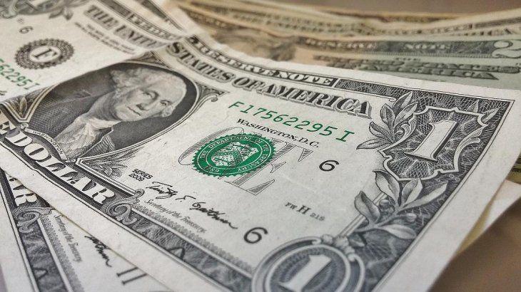 El dólar cayó casi 1% y se acercó a los $ 43,50 presionado por ingresos del agro y buen clima global