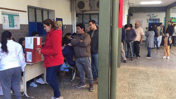 La jornada electoral arrancó con importantes demoras por la falta de fiscales.