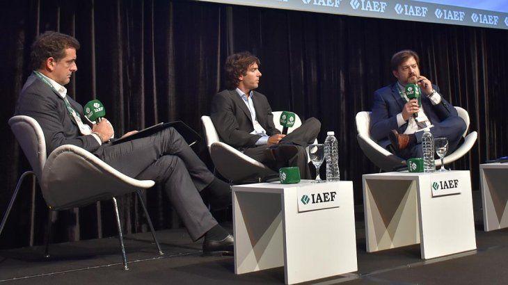 <p>Federico Tomasevich (Puente) y Diego Fernández (Rofex) durante su exposición en el seminario económico.</p>