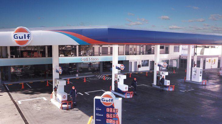 <p>La empresa puso en marcha su primera boca de expendio de combustible en Avenida Directorio y White. Cuenta con una superficie de 1.800 m2, un shop de 60m2, 3 islas de combustibles líquidos y 3 islas de GNC.</p>