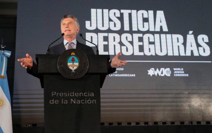 El presidente Mauricio Macri al hablar en el acto de presentación del libro Justicia Perseguirás, que se realizó en el Museo de la Casa Rosada en el marco de un homenaje a las víctimas del ataque terrorista.