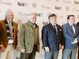 Hay equipo. El presidente de la Sociedad Rural Argentina, Daniel Pelegrina (en el centro, con corbata azul) junto al grupo de la Ganadera. La tradicional muestra abre el miércoles y seguirá hasta el 4 de agosto.