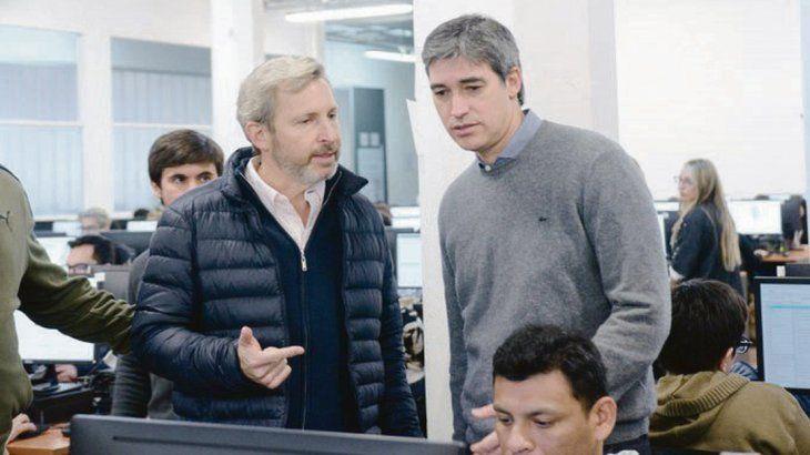 Ensayo. Adrián Pérez, junto a Rogelio Frigerio, supervisó el segundo ensayo para el operativo escrutinio provisorio que llevará adelante la firma Smartmatic. Esta vez no hubo errores.