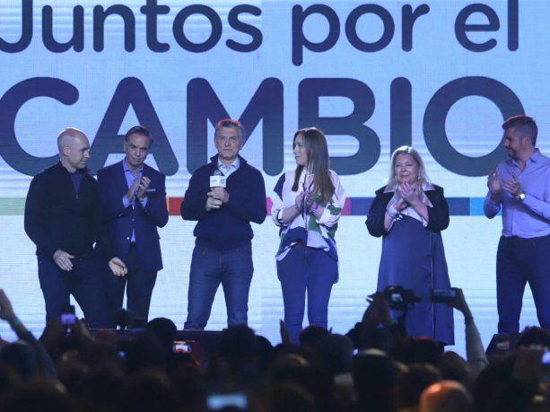 Mauricio Macri junto a la plana mayor de Juntos por el Cambio en el comando de campaña de Costa Salguero.