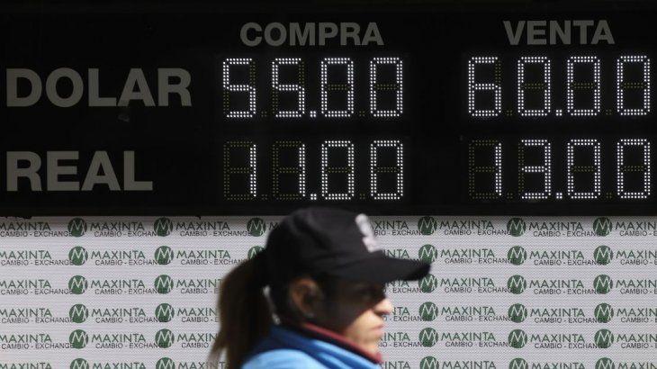 El dólar cayó 3,9% a $59,72 tras guiño político y medida del Banco Central