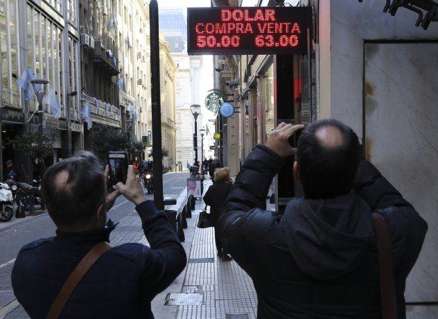 El dólar saltó un 6,6% a $62,18 y el BCRA vendió u$s248 millones para contenerlo