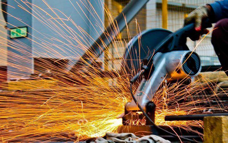 La producción industrial acumuló en los primeros siete meses una contracción del 7,6%.