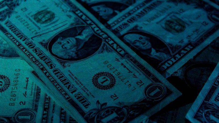 El dólar cae 27 centavos a $64,73 tras el endurecimiento del cepo