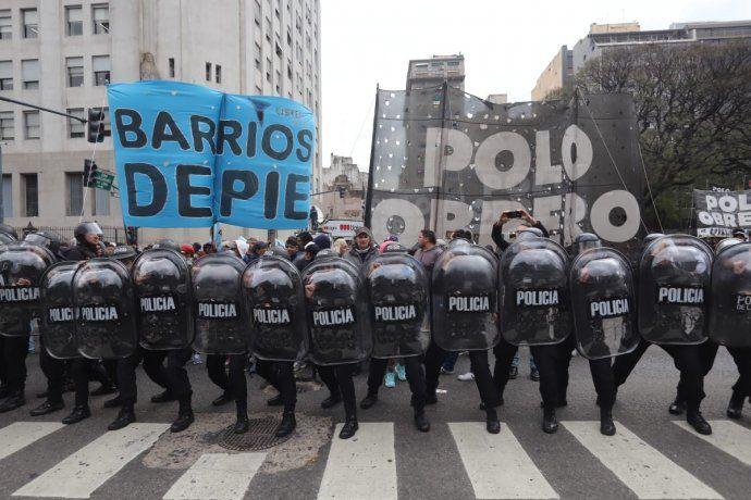 La Policía de la Ciudad desalojó los carriles del Metrobus de la 9 de Julio.