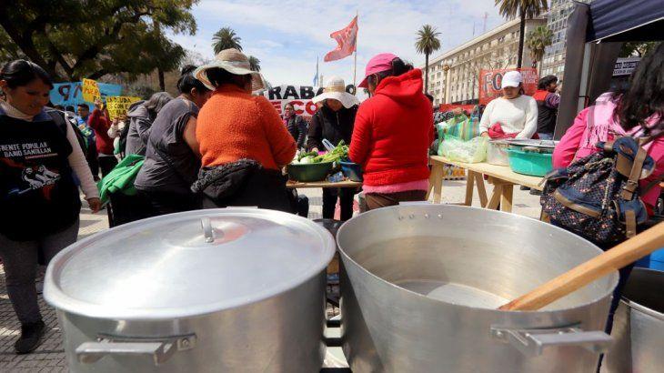 Además del acampe en la 9 de Julio, manifestantes se agruparon en Plaza de Mayo con ollas populares en el marco del reclamo por el aumento de los planes sociales.