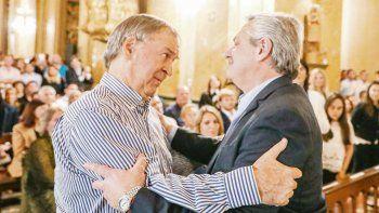Peronistas. Juan Schiaretti recibió a Fernández con un abrazo en la Catedral de Córdoba. El candidato ingresó junto a Santiago Cafiero, Sergio Massa, José Luis Gioja y Fernando Chino Navarro en medio de una ovación.