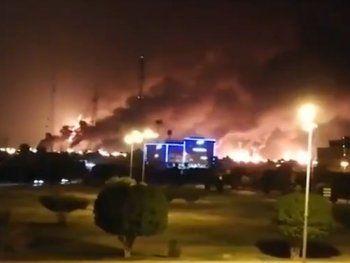 De acuerdo al gobierno de Arabia Saudita, los ataques en Abqaiq, la mayor planta de refinamiento de crudo del mundo, y en el campo petrolero de Khurais lo obligarían a mermar su producción en casi un 50%.