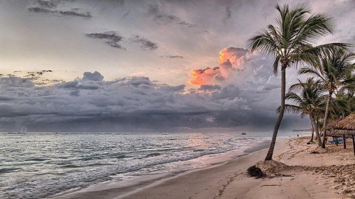 <p>El seg&uacute;n el informe,&nbsp;m&aacute;s de 1.000 millones de personas vivir&aacute;n de aqu&iacute; a mediados de siglo en zonas costeras poco elevadas, especialmente vulnerables a las inundaciones y a otros eventos meteorol&oacute;gicos extremos amplificados por la subida del nivel del mar y el desarreglo clim&aacute;tico.</p>