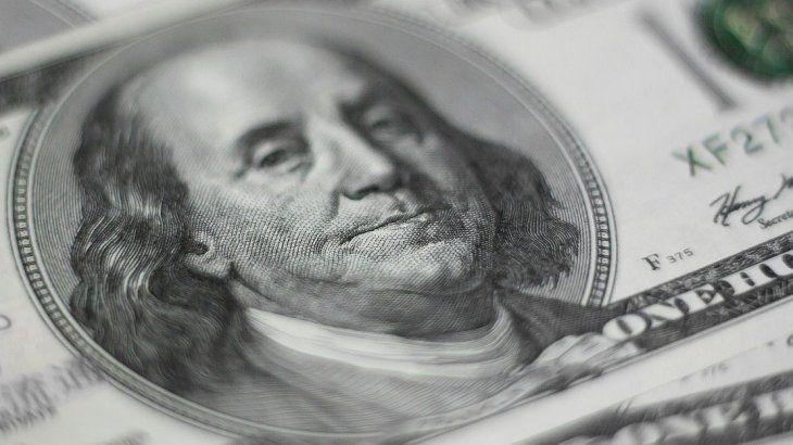 El dólar revirtió baja inicial y se mantiene debajo de los $63