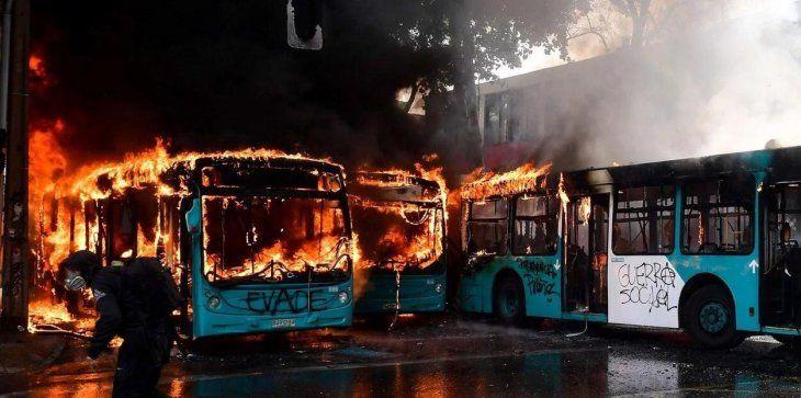Quema de colectivos durante las protestas en Santiago.