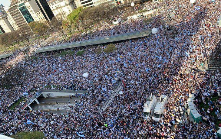 Votantes de Juntos por el Cambio aguardan la presencia de Macri en la marcha.