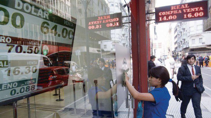 El dólar turista mantenía su tendencia alcista este viernes y aumentaba 28 centavos