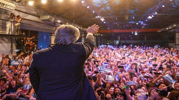 Alberto Fernández saluda a la gente que asistió al bunker de Frente de Todos.