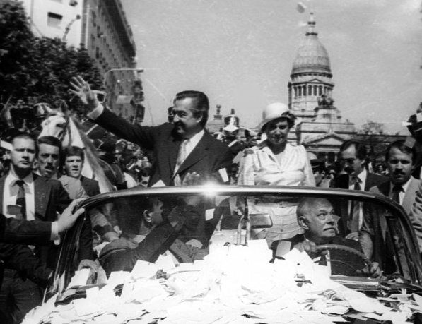 Raúl Alfonsín el día de su asunción como presidente.