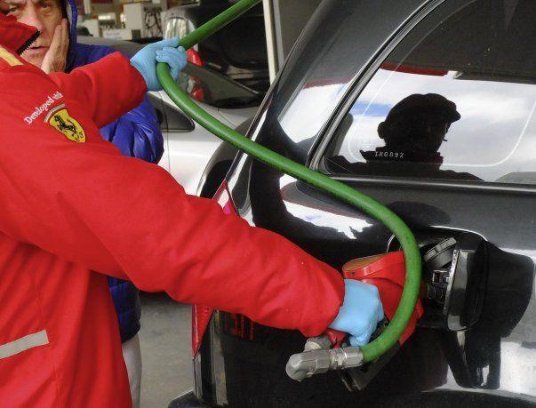 La restricción a la venta de combustible busca reducir la circulación de vehículos particulares y personal no esencial.