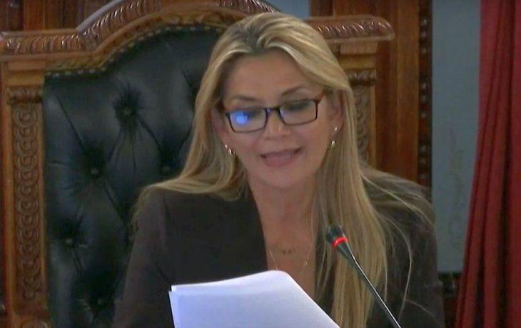 Tras el golpe en Bolivia, la senadora Jeanine Añez se autoproclamó como presidenta