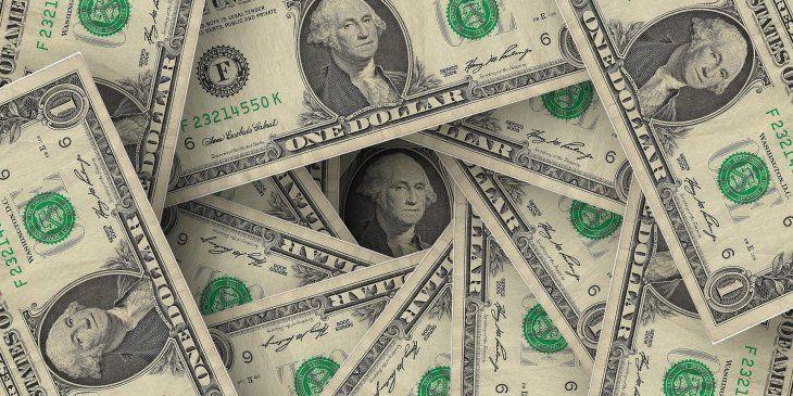 El dólar baja cinco centavos a $62,89