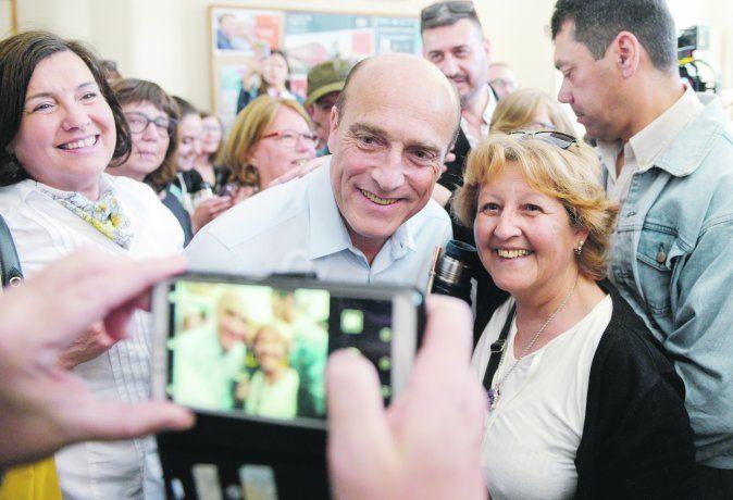 Al igual que Lacalle Pou, Daniel Martínez también se mezcló con simpatizantes a la hora de votar.